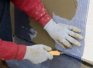 При помощи малярного ножа обрезаются излишки