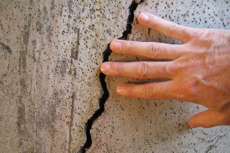 Причин для появления трещин на стенах может быть много