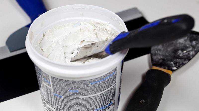 Производители добавляют в смесь специальные химические компоненты, которые улучшают свойства материала