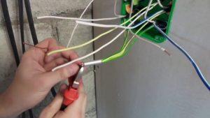 Разводятся и зачищаются концы оборванного провода