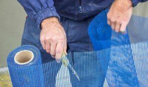 Резку сетки осуществляют ножницами по металлу