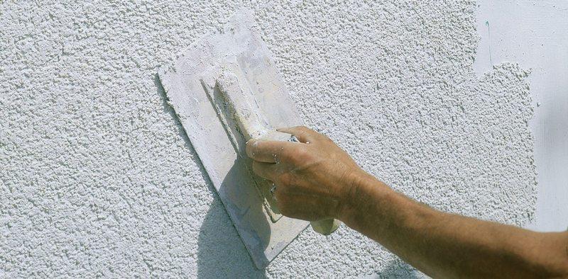 Ровная поверхность позволяет наносить минимальную толщину слоя штукатурки