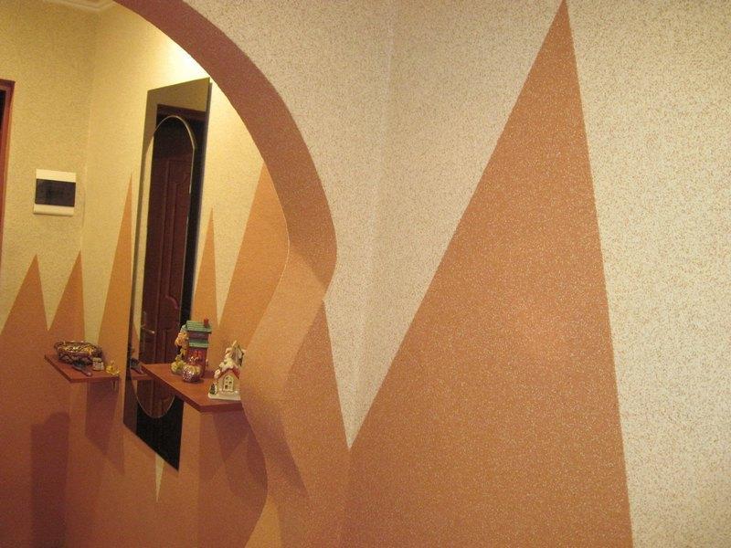 """С помощью минеральной штукатурки """"Короед"""" можно создать декоративное покрытие в прихожей"""