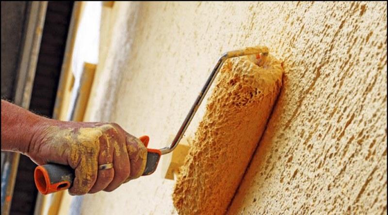 С помощью структурной штукатурки можно скрыть незначительные дефекты — трещины, перепады, старую краску