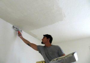 Широким шпателем наносят шпаклевку на потолок