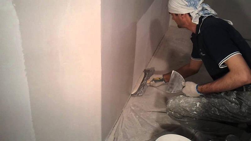 Шпаклевка обладает повышенной пластичностью, что значительно облегчает нанесение раствора на стены