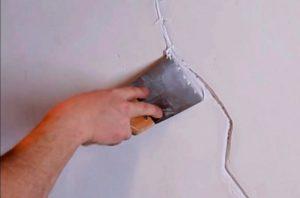 Сначала шпаклевкой заделывают каждое отверстие, трещину и выбоину на стенах