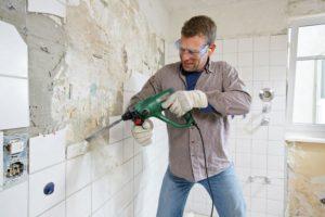 Снимать керамическую плитку нужно перфоратором со специальной лопаткой
