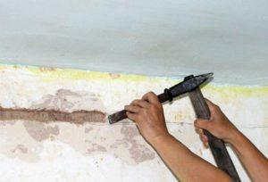 Со стены удаляется штукатурка по 15 - 20 см от центра точки обрыва проводки