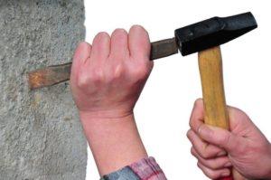 Устраняют неровности зубилом или штукатурным молотком