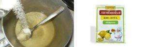 В емкость наливают горячую воду и добавляют лимонную кислоту