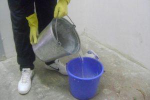 В ведро наливается вода комнатной температуры