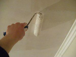 Валиком равномерно наносят грунтовку на потолок в 1-2 слоя