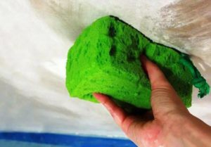 Водоэмульсионную краску можно смыть с помощью горячей воды и губки