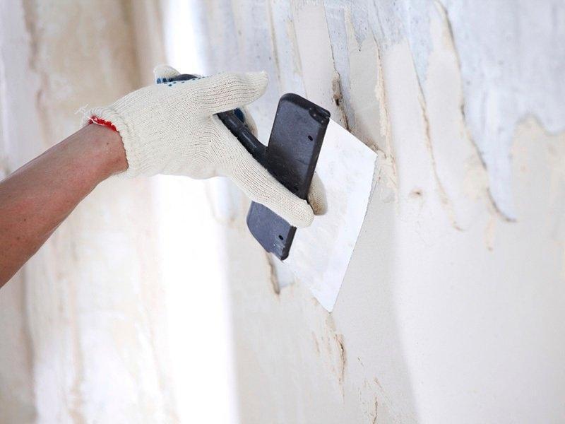 Задача стартовой шпаклевки – закрыть крупные изъяны поверхности и выровнять ее