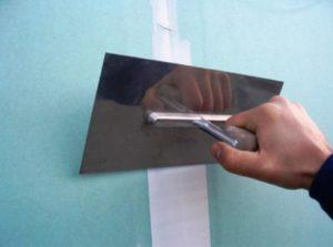 Закрывают шпаклевкой оклеенные бумагой швы