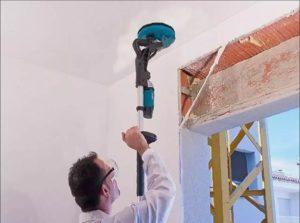 Затирать неровности на потолке можно шлифмашинкой