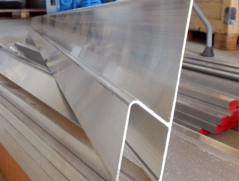 Алюминиевое правило H-образной формы длиной в 1,5 метра подойдет для выравнивания помещений с большими горизонтальными поверхностями