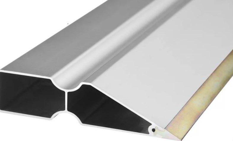 Алюминиевое правило с усиленной кромкой из стали обладает высокими эксплуатационными характеристиками