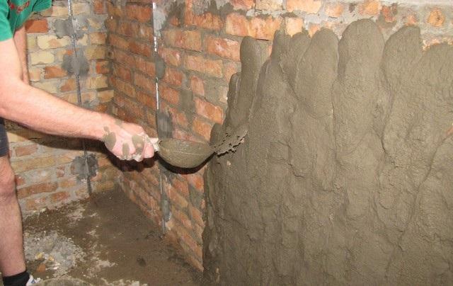 Делают обрызг толщиной 3-5 мм