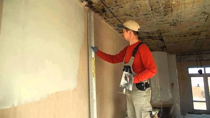 Длинная выверенная рейка для проверки ровности стены
