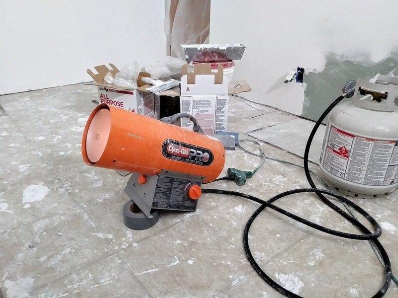 Для оштукатуривания стен в холодном помещении нужно принять меры по обогреву внутреннего пространства