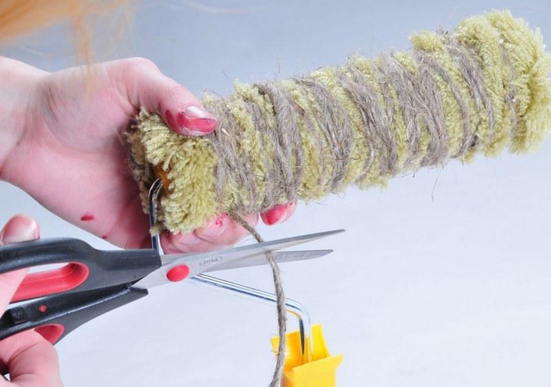 Для получения рельефа на ролике подойдет обычная веревка, которой обматывают цилиндрическую часть
