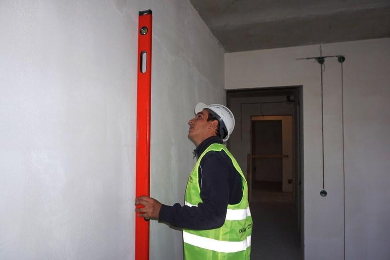Для проверки ровности стены можно использовать правило