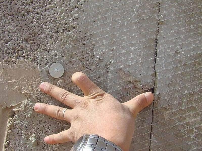 Для упрочнения поверхности мастер крепит на арболит металлическую сетку