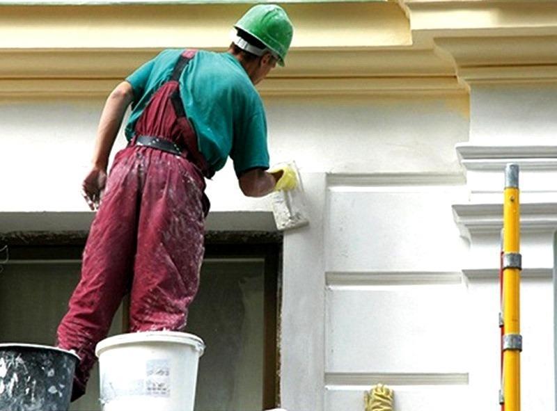 Если нет возможности привлечь мастеров-отделочников, оштукатурить фасад здания можно самостоятельно