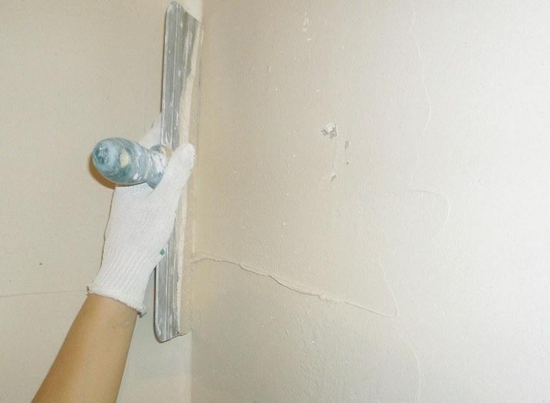 Финишная штукатурка необходима, чтобы сделать стены однородными и ровными
