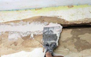 Глубокие впадины наполняют стекловолокном, затем сверху наносят штукатурную смесь