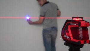Лазерный уровень устанавливается на небольшом расстоянии от стены и включается так, чтобы он показывал горизонтальную линию