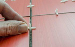 Между фрагментами устанавливают крестовины, которые позволяют выдержать одинаковый интервал на затирку