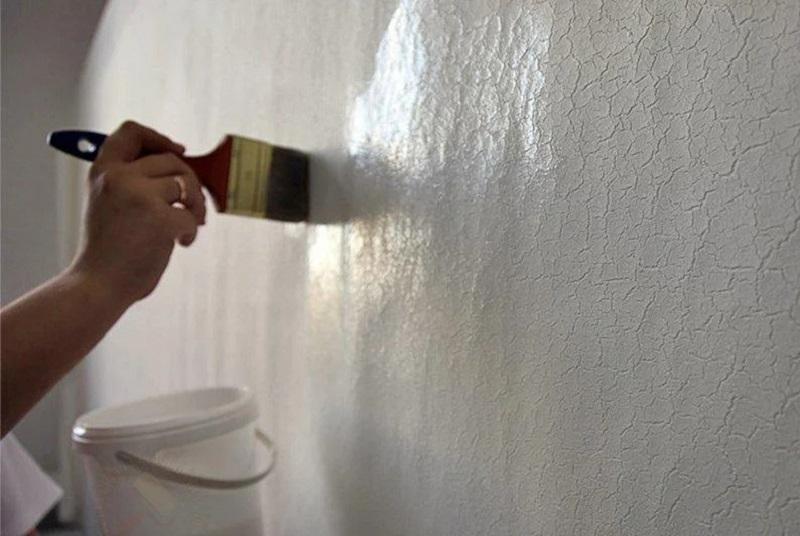 На окрашенную стену кисточкой наносят однокомпонентный лак