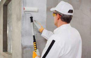 На стены наносится грунтовка для улучшения адгезии