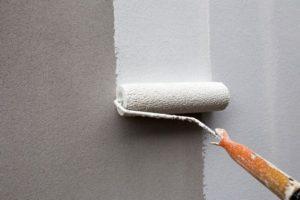 Обрабатывают стены грунтовкой для укрепления основания и улучшения сцепления с ней наносимого раствора