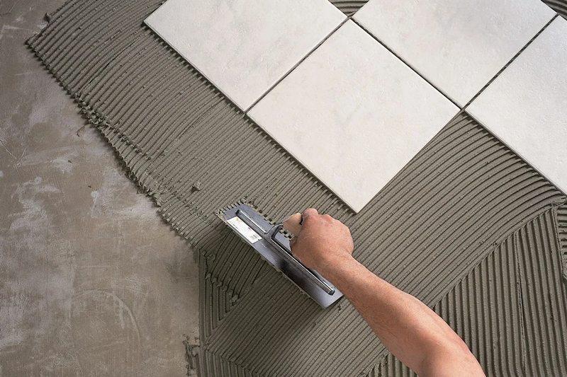 Основным условием кладки плитки является ровная поверхность