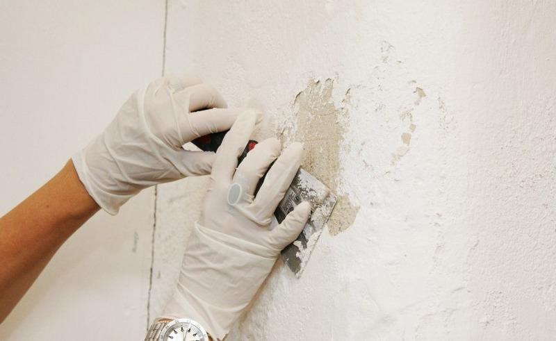 Перед началом штукатурки со стены удаляют побелку