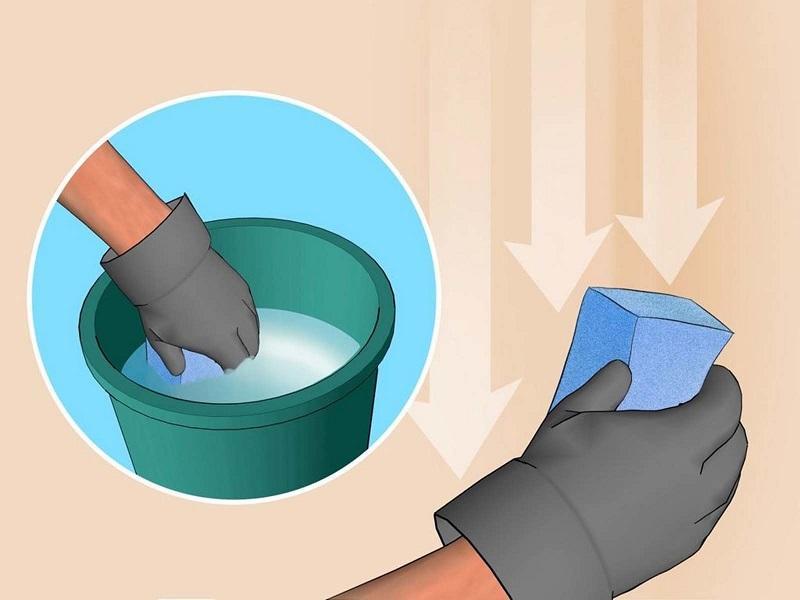 Перед нанесением грунта поверхность смачивают водой