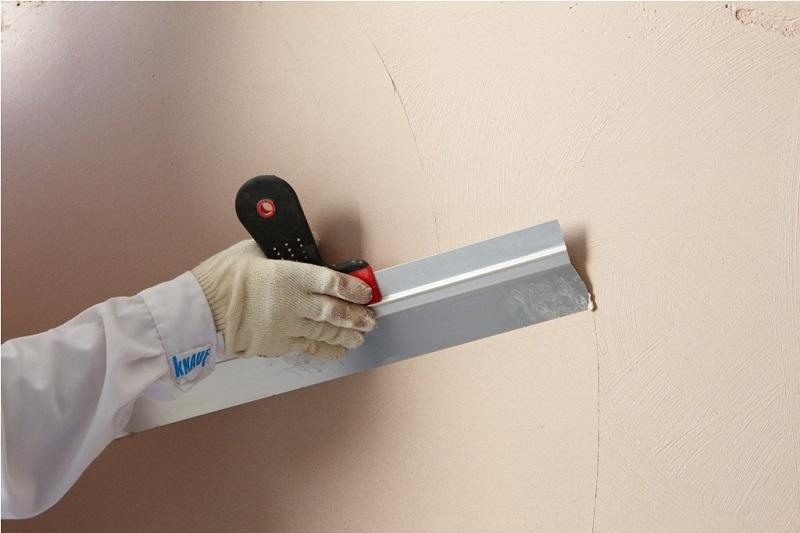 Перед нанесением жидких обоев, поверхность стены должна быть выровнена шпаклевкой