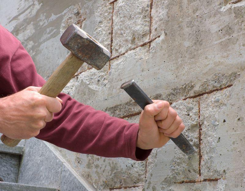 Перед оштукатуриванием на бетонную поверхность наносят насечки зубилом или топориком