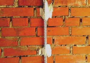 Первый профиль высотой 6 мм устанавливают посередине стены