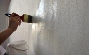 После высыхания стену обрабатывают грунтом