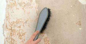 Поверхность очищают от имеющихся частичек пыли, грязи