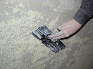 Поверхности тщательно зачищают от старого покрытия, удаляют слабые участки отделки