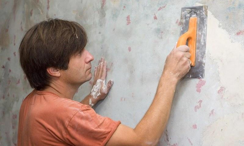 При подготовке стен к шпаклеванию необходимо учитывать материал их изготовления