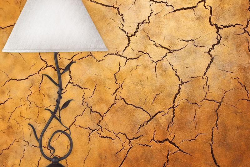 Придать стенам эффект растрескивания можно с помощью декоративной штукатурки кракелюр