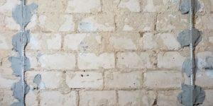 Рейки крепят на растворные ляпки, которые нанесены с шагом 30-40 сантиметров по вертикали