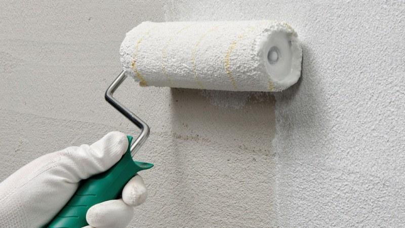 Рекомендуется выполнять грунтовку стен в два-три прохода